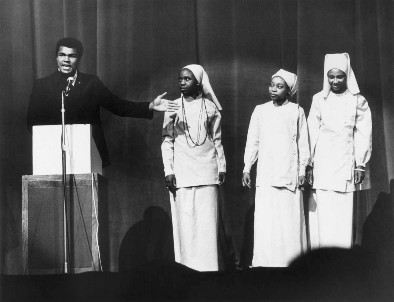 Δεκέμβριος 1974. Ο Μοχάμεντ Αλι στο Λονδίνο σε μια ομιλία υπέρ του Εθνους του Ισλάμ