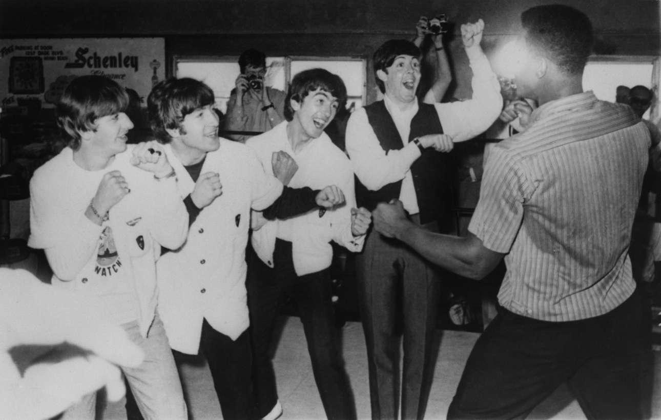 Φεβρουάριος 1964 στο Μαϊάμι: Οι Beatles, Ρίνγκο Σταρ, Τζον Λένον, Τζορτζ Χάρισον και Πολ ΜακΚάρτνεϊ παίζουν μπουνιές με τον Μοχάμεντ Αλι/Κάσιους Κλέι