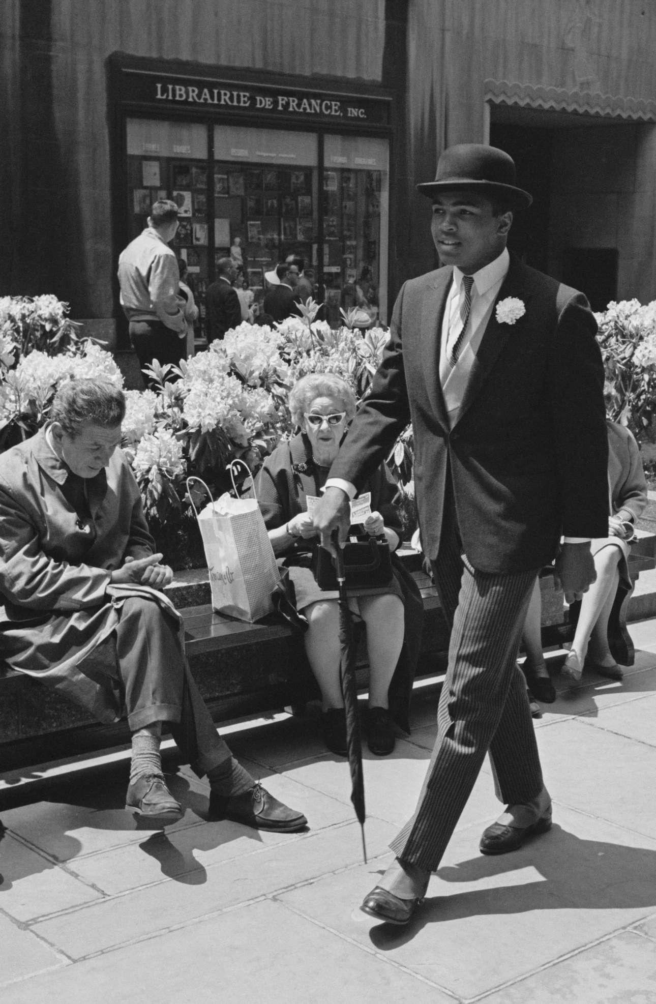 Μάιος 1963, Νέα Υόρκη. Ενας υπέρκομψος Κάσιους Κλέι, προτού γίνει Μοχάμεντ Αλι, απολαμβάνει την ανοιξιάτικη βόλτα του στην αμερικανική μητρόπολη