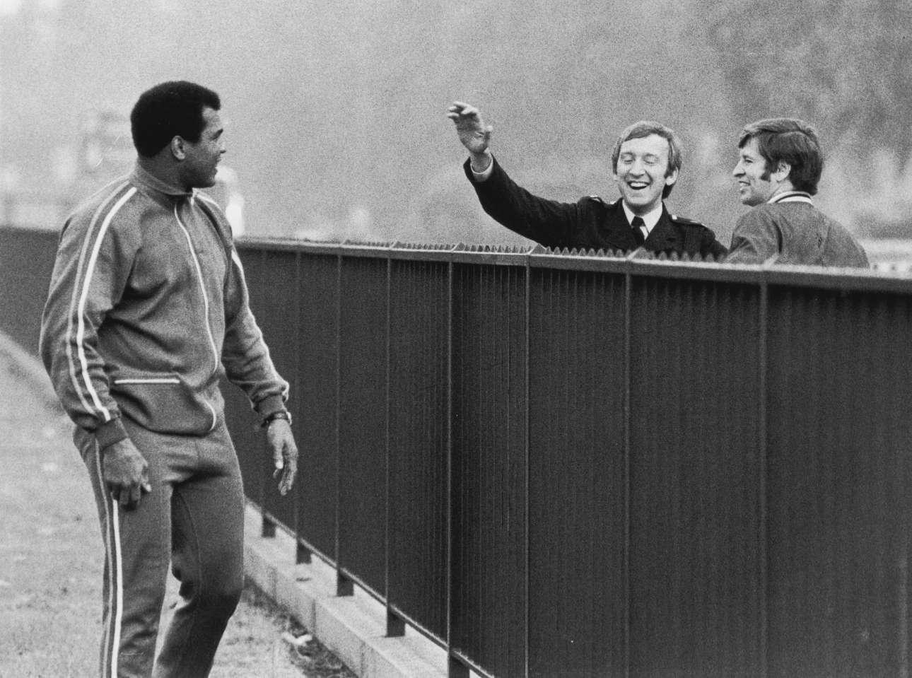 O ύστερος Αλι. Το 1977 προπονείται στο Χάιντ Παρκ του Λονδίνου. Δύο αστυνομικοί τον χαιρετούν