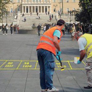 Εργάτες του Δήμου Αθηναίων άρχισαν να βάφουν τις πρώτες θέσεις διαδηλωτών στην πλατεία Συντάγματος