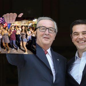 Ο Ζαν Κλοντ Γιουνκέρ στο κατώφλι του Μαξίμου επιδεικνύει την πρόσκληση του πρωθυπουργού για την πανηγυρική συγκέντρωση