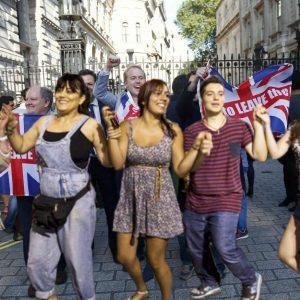Με την εθνική δημοψηφισματική στολή το συγκρότημα των «Ohians» γοήτευσε το βρετανικό αντιευρωπαϊκό κοινό