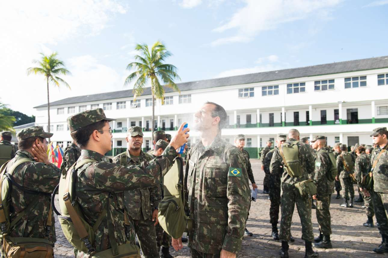 Στρατιώτες ψεκάζονται με ειδικά αντικουνουπικά. Τα προληπτικά μέτρα κατά του ιού εφαρμόζονται σε όλη την επικράτεια