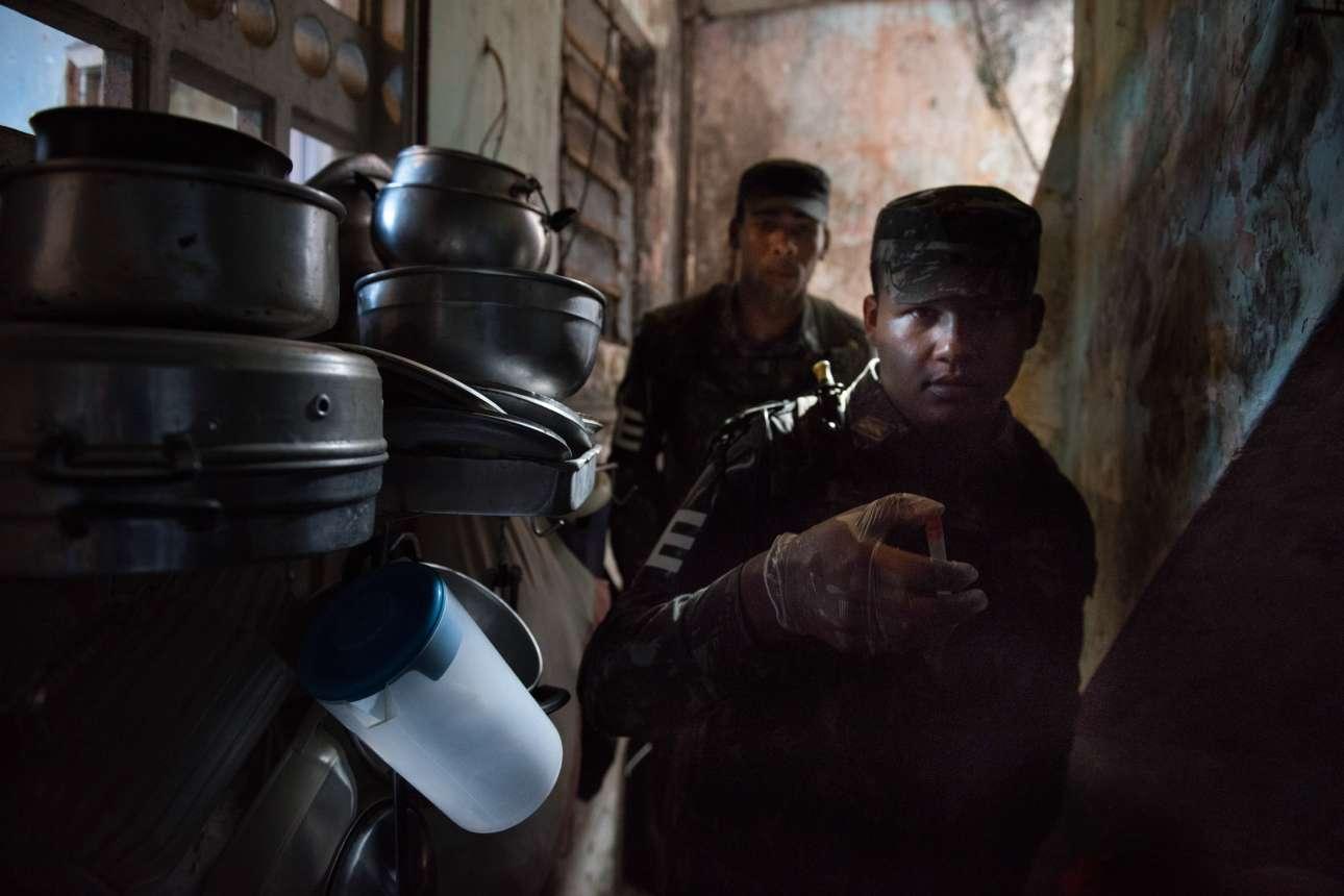 Αξιωματούχοι του στρατού με δείγματα από τον θανατηφόρο ιό