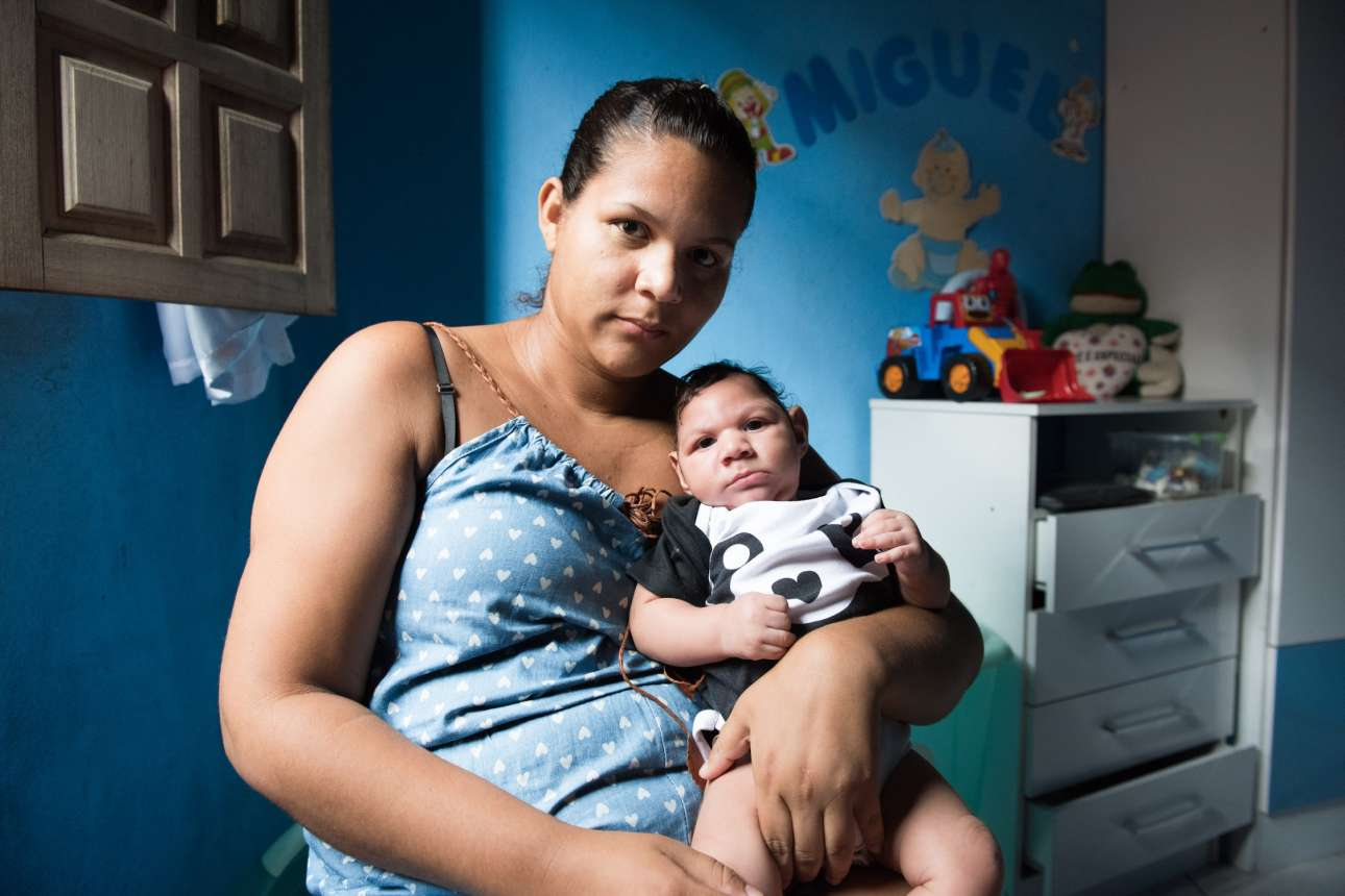 Ο Ζιλβάνε και ο μικρός Μιγκέλ. Η γυναίκα κόλλησε τον Ζίκα όταν ήταν έγκυος στον μικρό. Ο Μιγκέλ γεννήθηκε με μικροκεφαλία