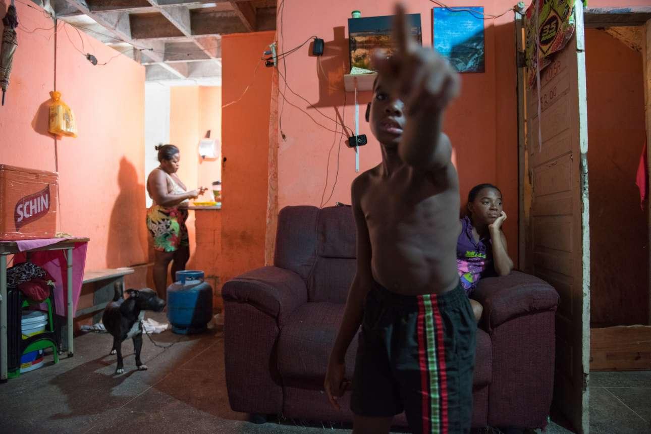 Στις φτωχογειτονιές του Σαλβαδόρ, πολλές οικογένειες μοιράζονται ένα εγκαταλελειμμένο σπίτι. Τουλάχιστον οι μισοί από τους ανθρώπους που μένουν εκεί έχουν προσβληθεί από τον Ζίκα