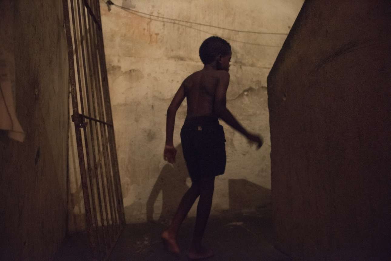 Ο Αντόνιο, 8 ετών, είναι υγιής. Η μητέρα του όμως και η αδερφή του έχουν τον ιό Ζίκα