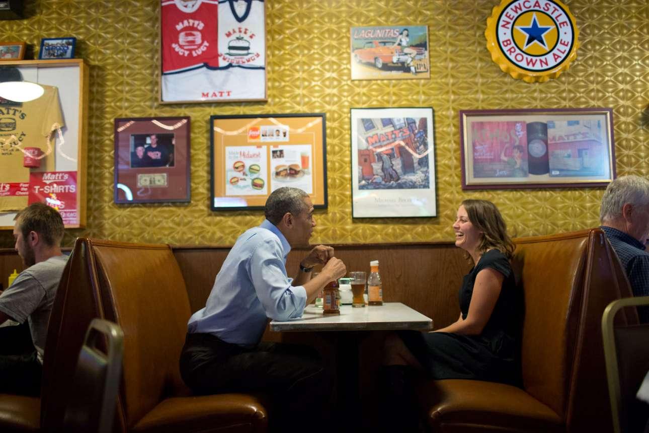 Στιγμιότυπο από τη συνάντηση του Προέδρου με τη Ρεμπέκα Ερλερ. Η Ερλερ είχε στείλει ένα γράμμα στον Ομπάμα μιλώντας για τις οικονομικές δυσκολίες που αντιμετωπίζει προσπαθώντας να αναθρέψει μία οικογένεια. Οταν ο Ομπάμα επισκέφτηκε τη Μινεσότα κανόνισε να γευματίσουν μαζί και να τη γνωρίσει από κοντά