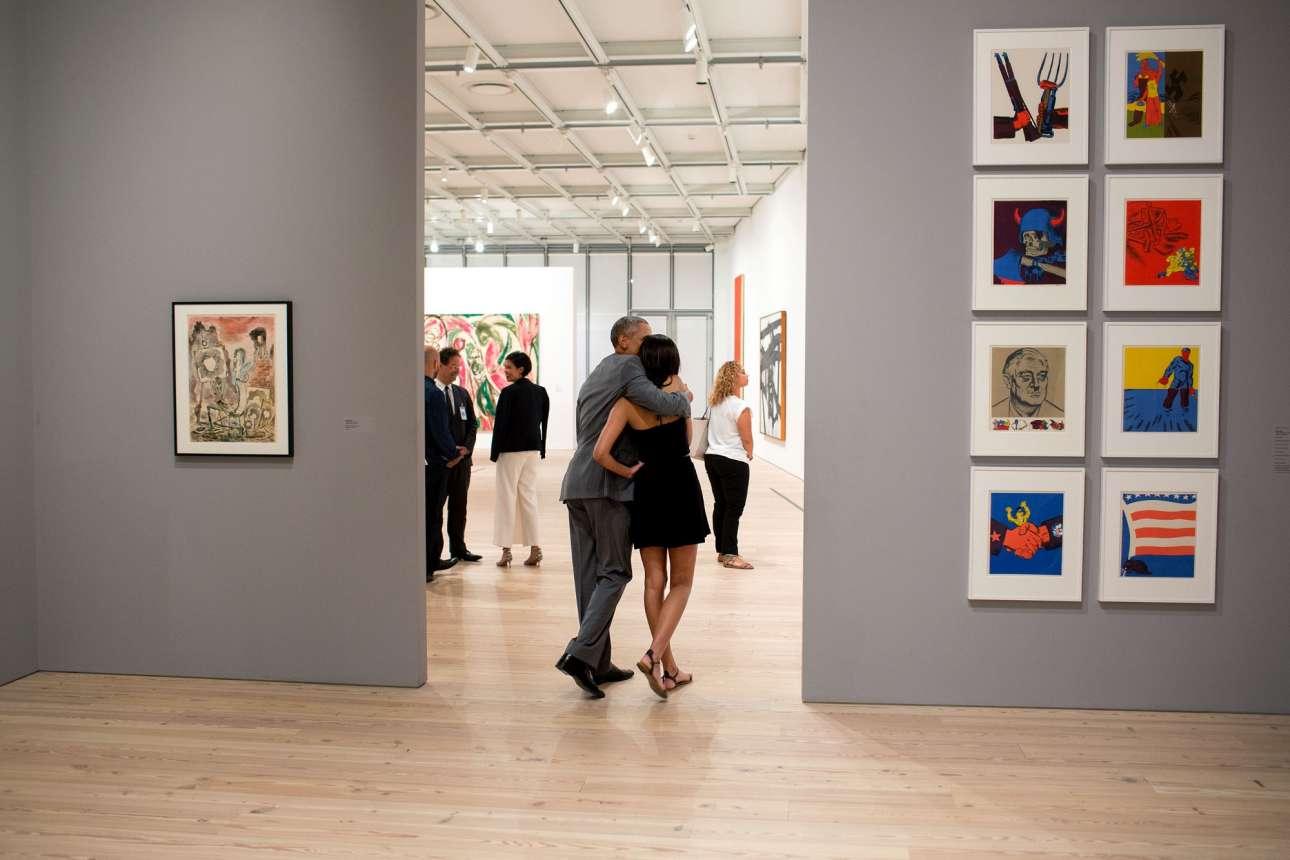 Μία  τρυφερή οικογενειακή στιγμή. Ο Ομπάμα και η κόρη του Μάλια κοιτάζουν αγκαλιασμένοι την έκθεση στο μουσείο Γουίτνεϊ της Νεας Υόρκης