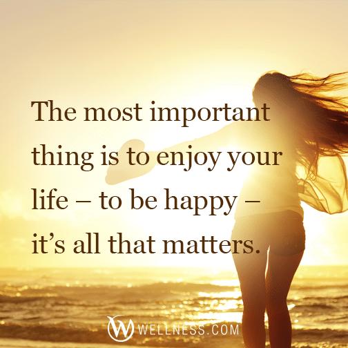Ενα από τα σλόγκαν και τις πιο συνηθισμένες εικόνες που κατακλύζουν τα μέσα κοινωνικής δικτύωσης:  «Το πιο σημαντικό πράγμα είναι να απολαμβάνεις τη ζωή -το να είσαι ευτυχής- είναι το μόνο που μετράει». (TheWhellness.com/facebook)