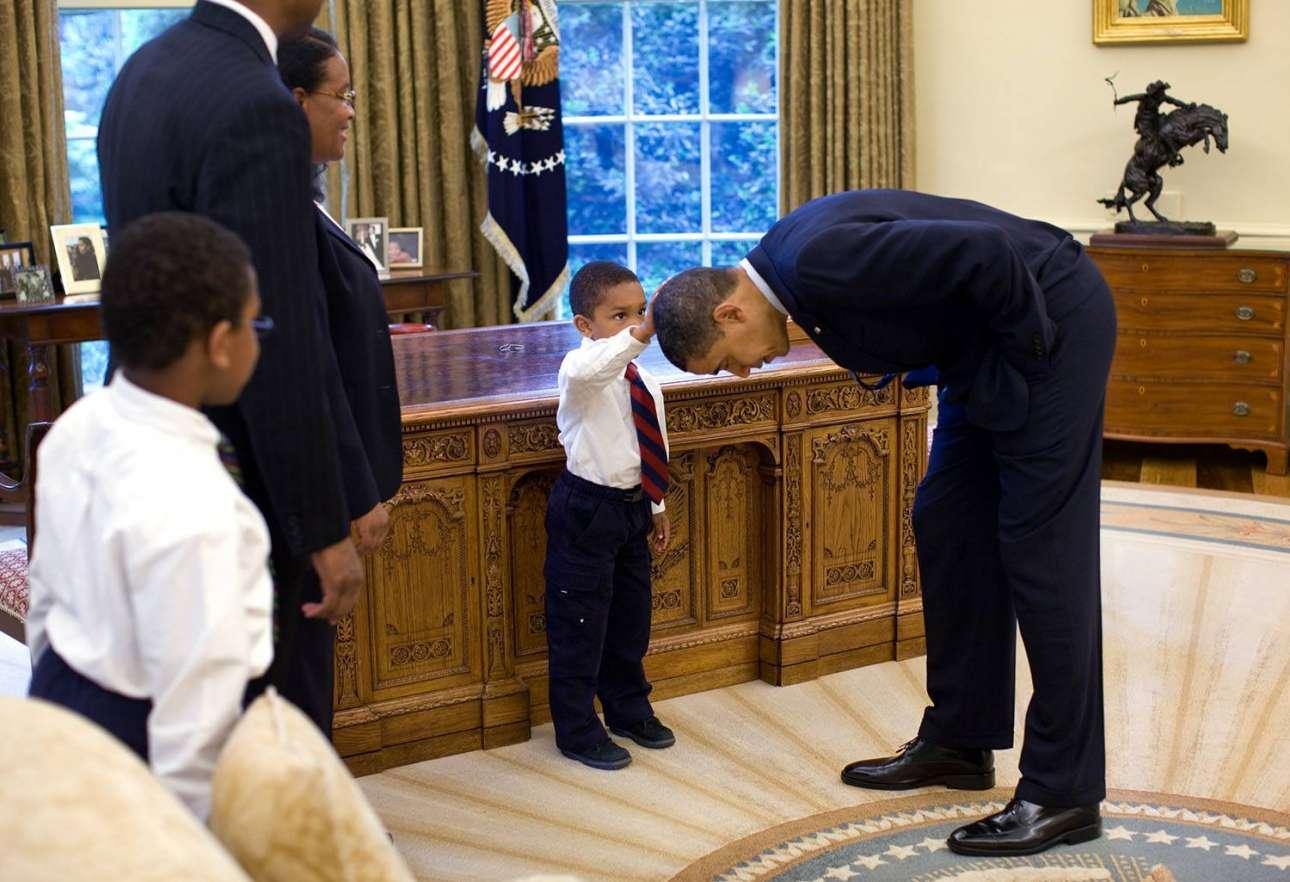 Ο μικρός Τζέικομπ ακουμπάει τα κεφάλι του Προέδρου για να δει αν τα μαλλιά του έχουν την ίδια αίσθηση με τα δικά του