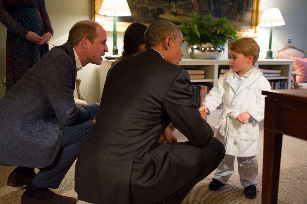 Η αξέχαστη στιγμή που ο πρόεδρος της Αμερικής συνάντησε τον μικρό πρίγκηπα της Μεγάλης Βρετανίας. Ο χαριτωμένος Τζορτζ τους υποδέχτηκε φορώντας τη ρόμπα και τις παντόφλες του, ενώ ο Ομπάμα και η σύζυγος του Μισέλ σκύψανε για να του κάνουν χειραψία