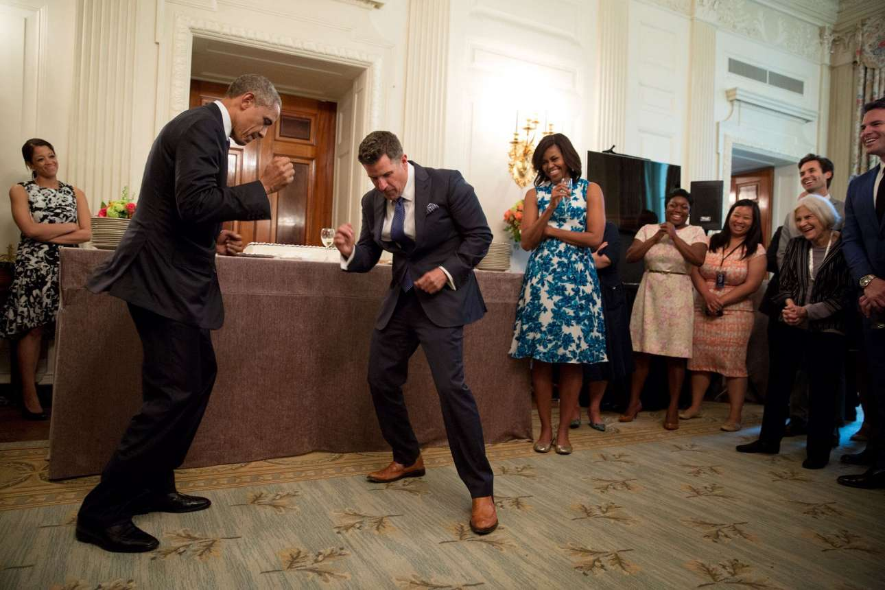 «Δείξε μας τον χορό Τζέρεμι» λέει αστειευόμενος ο Ομπάμα στον υπεύθυνο των κοινωνικών εκδηλώσεων του Λευκού Οίκου, Τζέρεμι Μπέρναρντ, στην αποχαιρετιστήρια εκδήλωση που οργανώθηκε για την αποχώρηση του τελευταίου