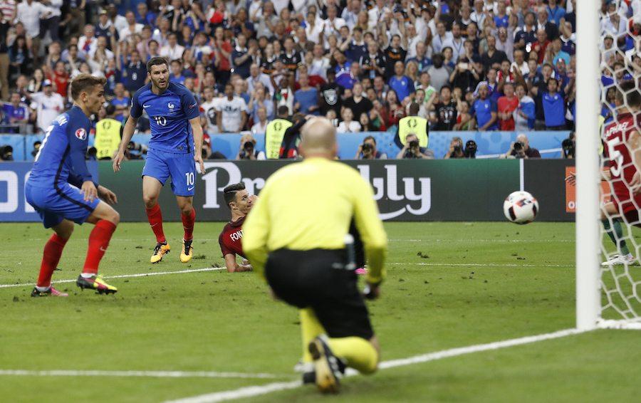 Ο Ζινιάκ στέλνει τη μπάλα στο δοκάρι και χάνει την ευκαιρία του αγώνα (Reuters)