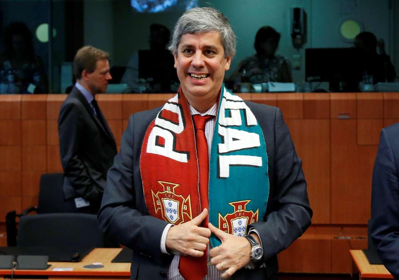 Ο υπουργός Οικονομικών της Πορτογαλίας με την απαραίτητη εξάρτυση του κυπελούχου που ενθουσίασε τον Ευκλείδη Τσακαλώτο