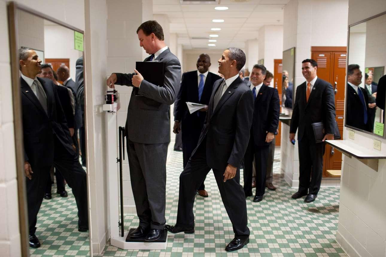 Ο φωτογράφος Πιτ Σούζα έχει καταφέρει με μεγάλη επιτυχία να αναδείξει την αστεία πλευρά του προέδρου. Στη συγκεκριμένη φωτογραφία, στα αποδυτήρια του Πανεπιστημίου του Τέξας,  ο Ομπάμα κάνει πλάκα στον Μάρβιν Νίκολσον, επικεφαλής ταξιδιών του Λευκού Οίκου, καθώς εκείνος ζυγίζεται. Ο πρόεδρος πατάει στη ζυγαριά για να δείξει περισσότερο βάρος...