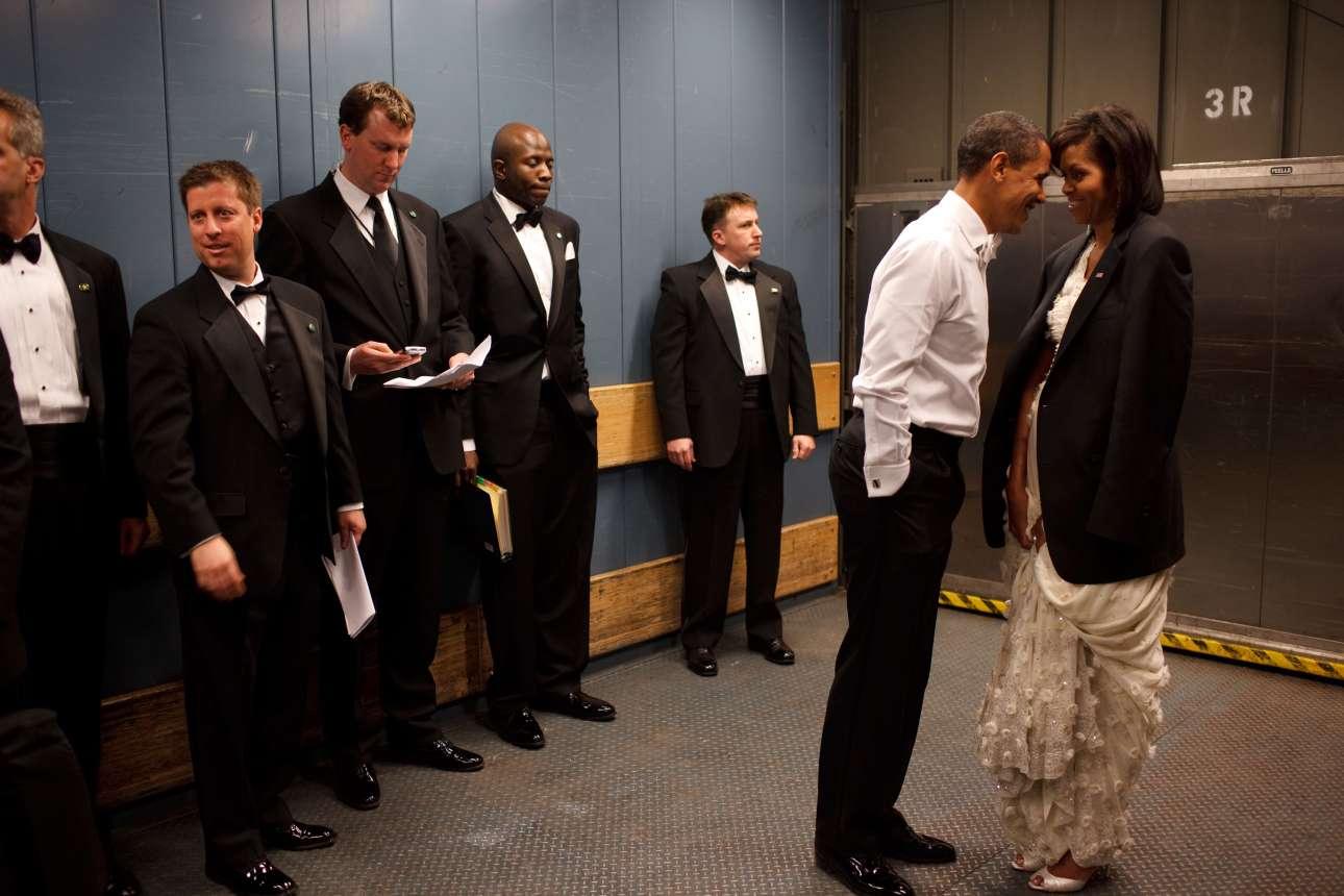 Ο πρόεδρος Ομπάμα και η Πρώτη Κυρία μοιράζονται μια προσωπική στιγμή μέσα στο ασανσέρ, τη βραδιά της εθιμοτυπικής εκδήλωσης για την έναρξη της θητείας του το 2009