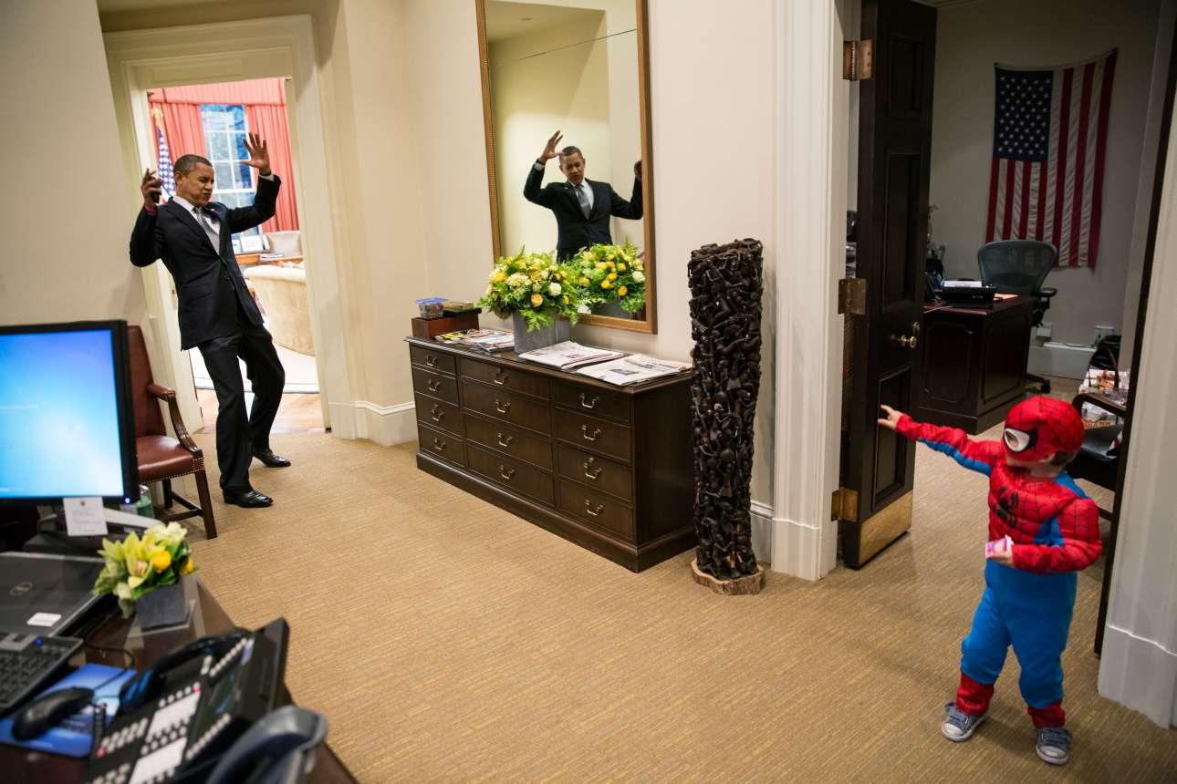 Ο Ομπάμα πιάνεται στον ιστό του μικρού Spiderman