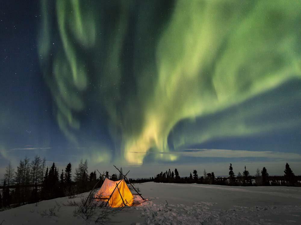 «Βραδιές στην Αρκτική», η φωτογραφία που βραβεύτηκε στην κατηγορία Νυχτερινά Τοπία. Σύμφωνα με τον κριτή του διαγωνισμού, Ντέιβιντ Μάλιν, το πιο σημαντικό είναι να βγουν σωστά τα χρώματα του ουρανού και των αστεριών
