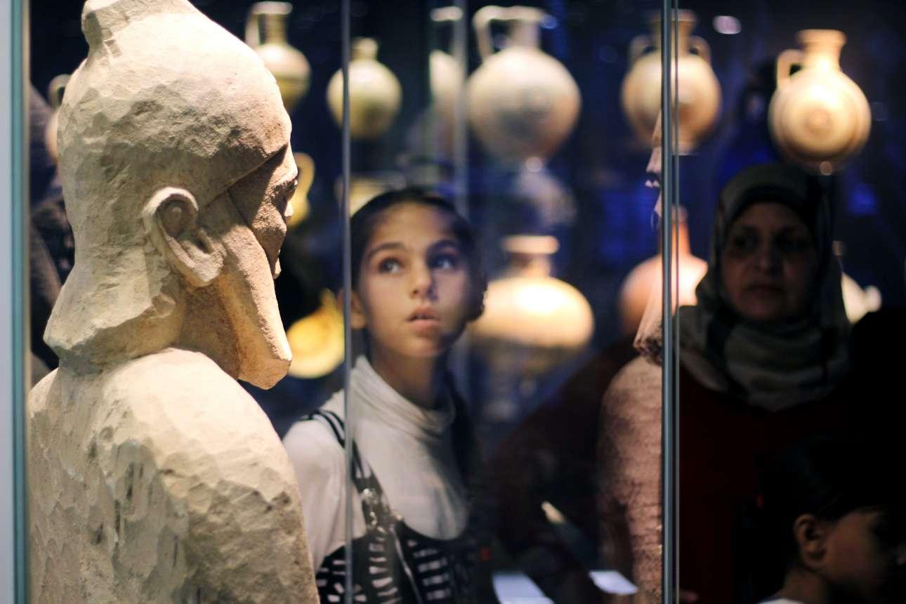 Τι βλέπουν οι Σύριοι πρόσφυγες πίσω από τα αρχαιοελληνικά ειδώλια