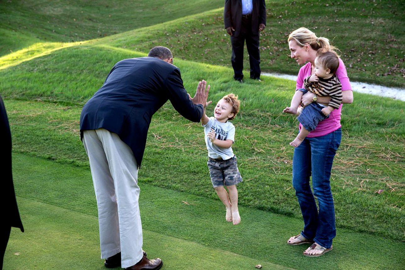 Ο πιτσιρίκος της φωτογραφίας σχεδόν ίπταται στον αέρα προκειμένου να «κολλήσει» το χέρι του με του Ομπάμα