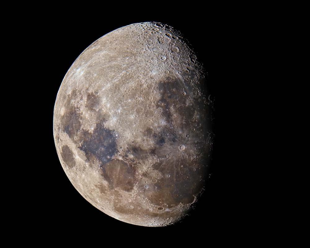 Ο νικητής στην κατηγορία «Ηλιακό Σύστημα» κατάφερε να αποτυπώσει, χρησιμοποιώντας τηλεσκόπιο, τις διαφορετικές υφές και αποχρώσεις της επιφάνειας της Σελήνης