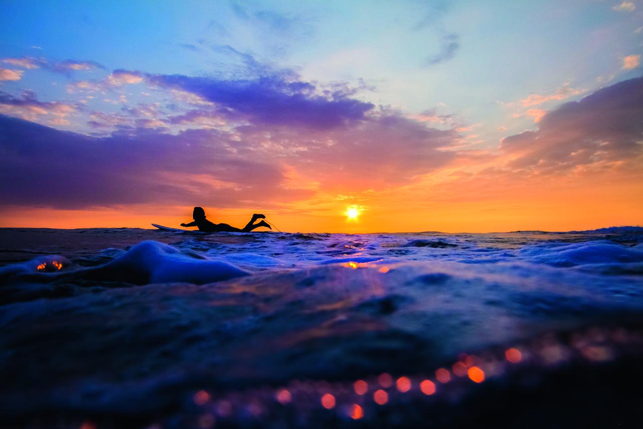 Βρίσκοντας την ισορροπία με φόντο το ηλιοβασίλεμα σε μία θάλασσα της Χαβάης