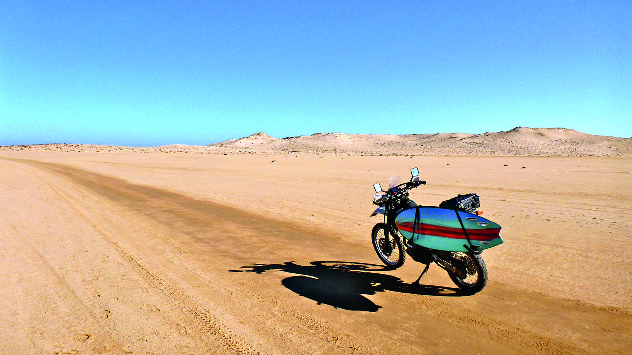 Κάνοντας τον γύρο της δυτικής Αφρικής με μια μοτοσυκλέτα και μια σανίδα του σερφ