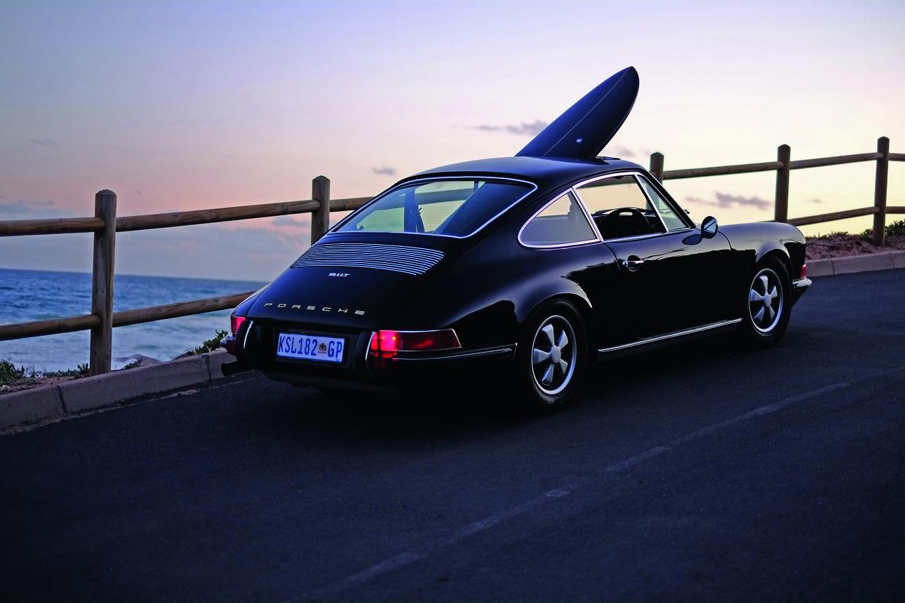 Μία συλλεκτική σανίδα του σερφ μοναδικά σχεδιασμένη από τους «Dutchmann», designers που βρίσκονται στη νότια Αφρική, ταξιδεύει μέσα σε μια Porsche 911