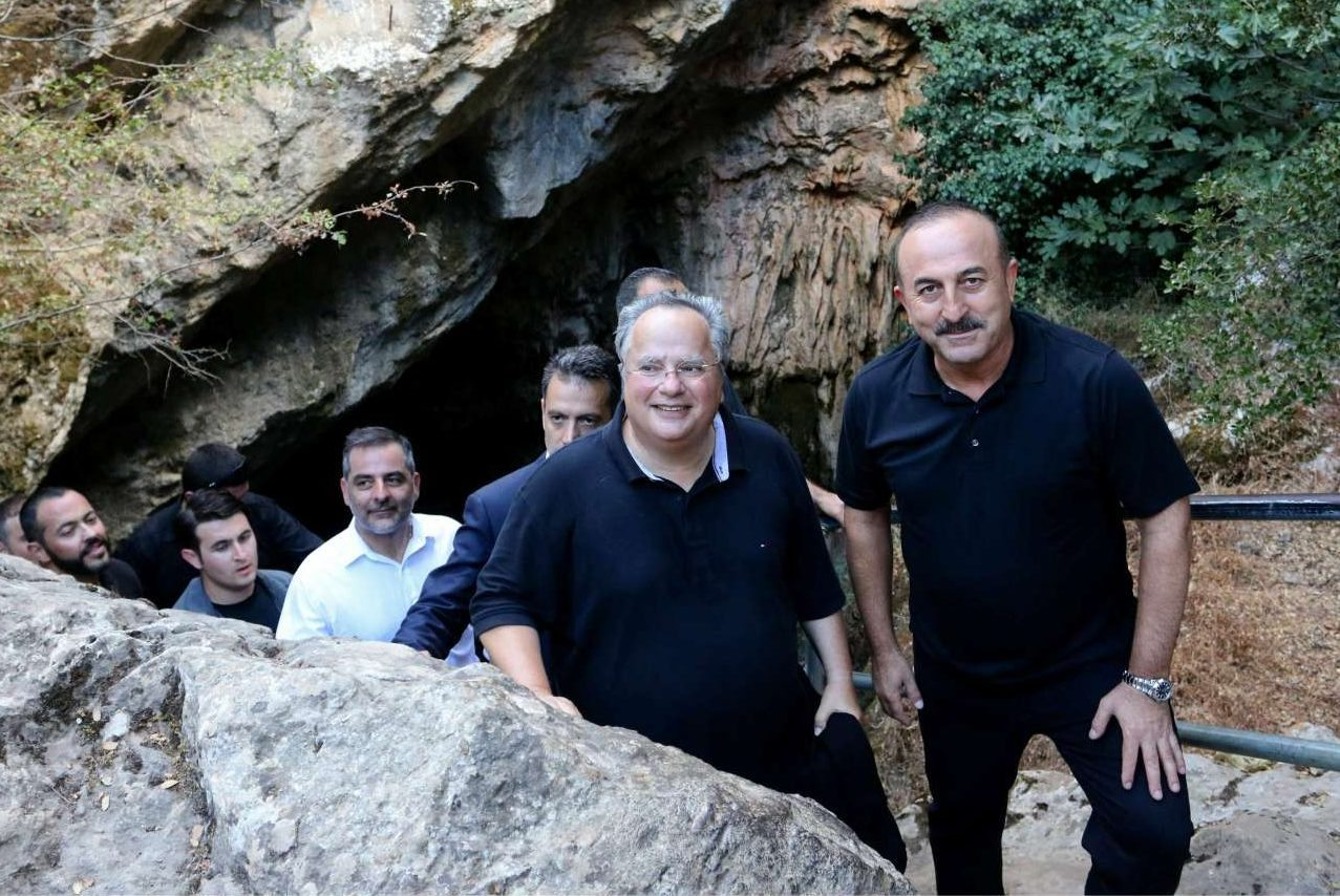 Ο Μεβλούτ Τσαβούσογλου (δεξιά) παρέα με τον Νίκο Κοτζιά, στο σπήλαιο του Δία στο Οροπέδιο Λασιθίου. Ο τούρκος υπ. Εξωτερικών χαρακτήρισε τη συζήτηση με τον κ. Κοτζιά ως «πολύ εποικοδομητική»