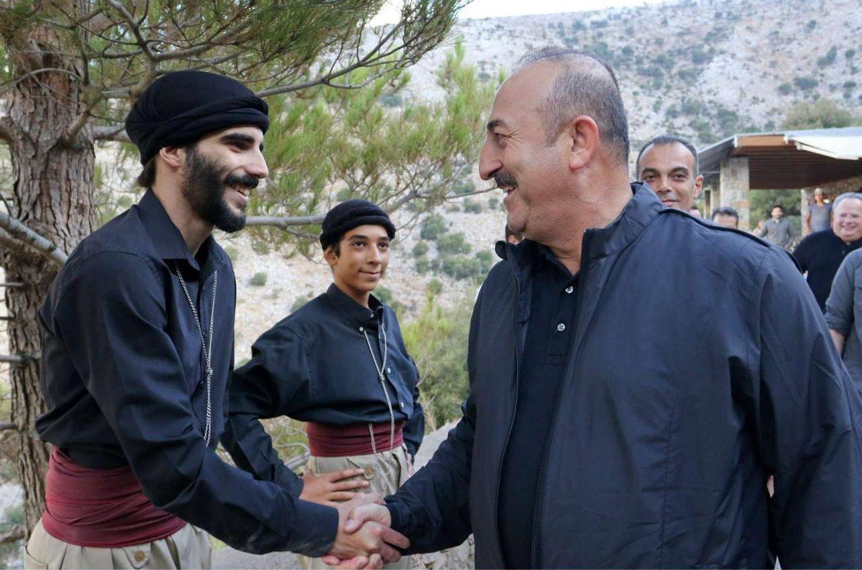 «Ευχαριστώ πολύ τον αξιότιμο Πρωθυπουργό, κ. Τσίπρα, και τον φίλο μου, τον Νίκο (Κοτζιά) και τον ελληνικό λαό για την υποστήριξη και την αλληλεγγύη που προσέφεραν σε μας», δήλωσε ο τούρκος υπουργός Εξωτερικών. Εδώ με έναν βρακοφόρο Κρητικό