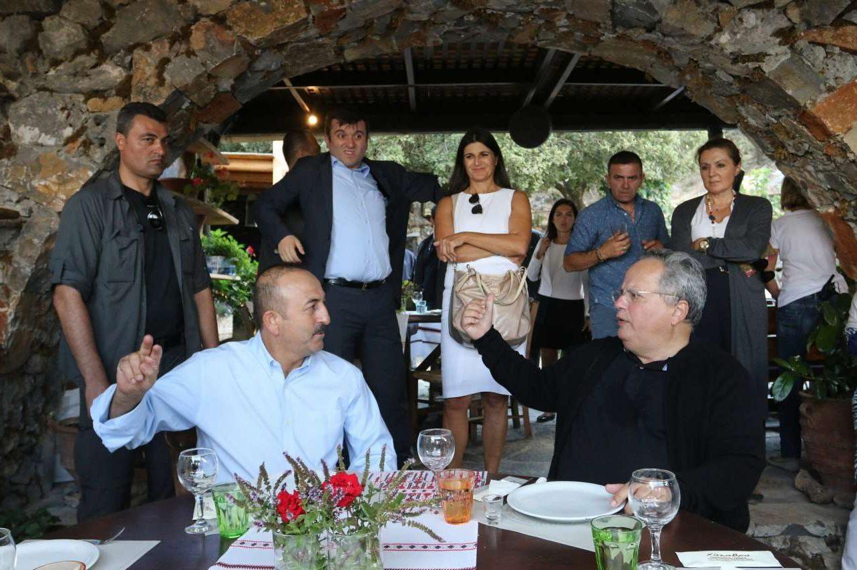 Κρητική φιλοξενία για τον Μεβλούτ Τσαβούσογλου (αριστερα) και τον Νίκο Κοτζιά. Οι υπουργοί Εξωτερικών Τουρκίας και Ελλάδας έγιναν δεκτοί από τους τοπικούς φορείς και πολίτες του Λασιθίου
