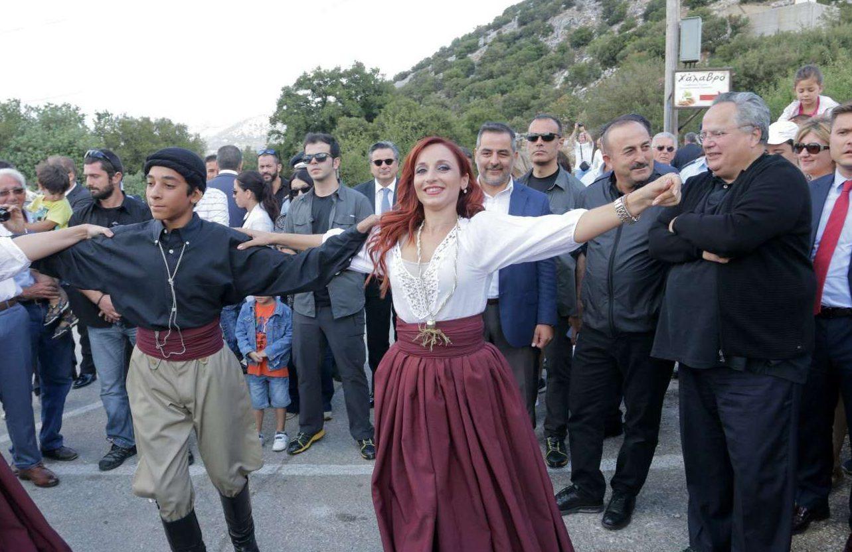 Στην πλατεία του χωριού Ψυχρό, την οποία πριν από ένα χρόνο ο Νίκος Κοτζιάς ονομάτισε σε «πλατεία Ευρώπης». Εδώ ο υπ. Εξωτερικών (δεξιά) παρακολουθεί με τον εικονιζόμενο αριστερά του τούρκο ομόλογό του ένα χορευτικό δρώμενο