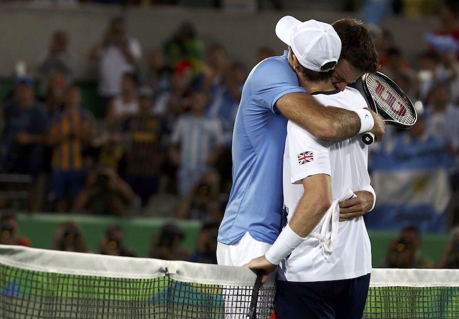 Mάρεϊ και ντελ Πότρο αγκαλιάζονται μετά το τέλος του συγκλονιστικού παιχνιδιού για το χρυσό μετάλλιο