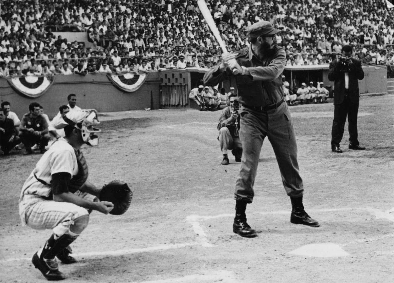 Παίζοντας μπέιζμπολ, ένα από τα πιο αγαπητά, αν όχι το πιο αγαπητό, αθλήματα στην Κούβα.