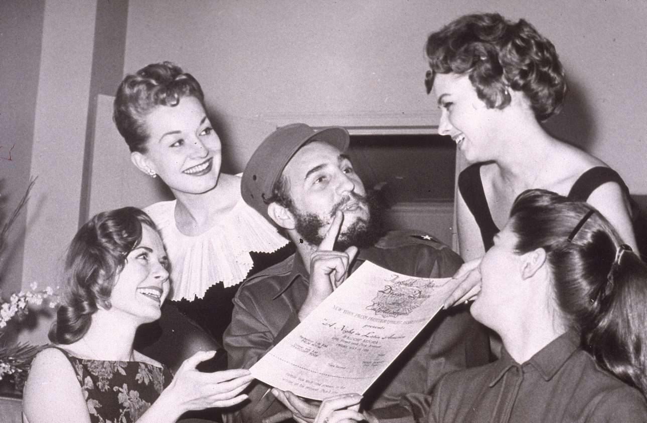 Οταν ταξίδευε ελεύθερα στις ΗΠΑ: Απρίλιος του 1959, τέσσερις γοητευτικές Αμερικανίδες του παρουσιάζουν το προσκλητήριο για τον ετήσιο χορό της Ενωσης Φωτορεπόρτερ της Νέας Υόρκης