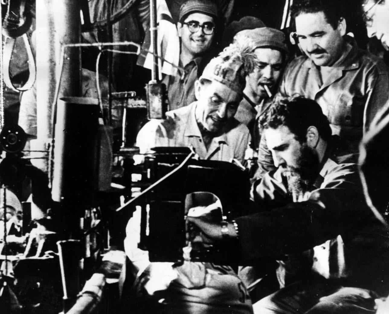 Καλοκαίρι του 1965. Ο Κάστρο ράβει τον τελευταίο σάκο ζάχαρης στο εργοστάσιο Αντόνιο Γκουιτέρας στο Οριέντε. Η στιγμή είναι σημαντική και συμβολική διότι με αυτόν τον σάκο επετεύχθη ο στόχος παραγωγής έξι εκατομμυρίων τόνων ζάχαρης
