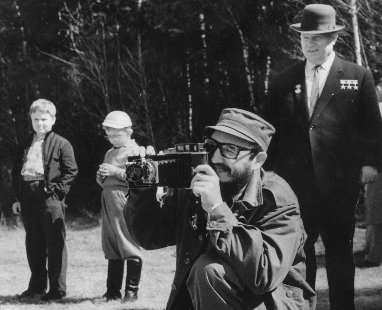 Μάιος 1963. Υπό το βλέμμα του ηγέτη της ΕΣΣΔ Νικίτα Χρουστσόφ, ο Φιντέλ τραβάει φωτογραφίες κατά την επίσκεψή του σε πάρκο. Είναι το πρώτο του ταξίδι στην τότε ΕΣΣΔ