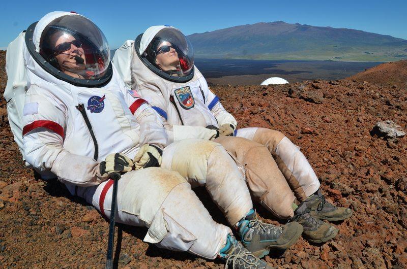 Ηλιοθεραπεία με τη διαστημική στολή. Μία ακόμα ημέρα στην Χαβάη που έμοιαζε με τη ζωή μακριά από τον πλανήτη μας