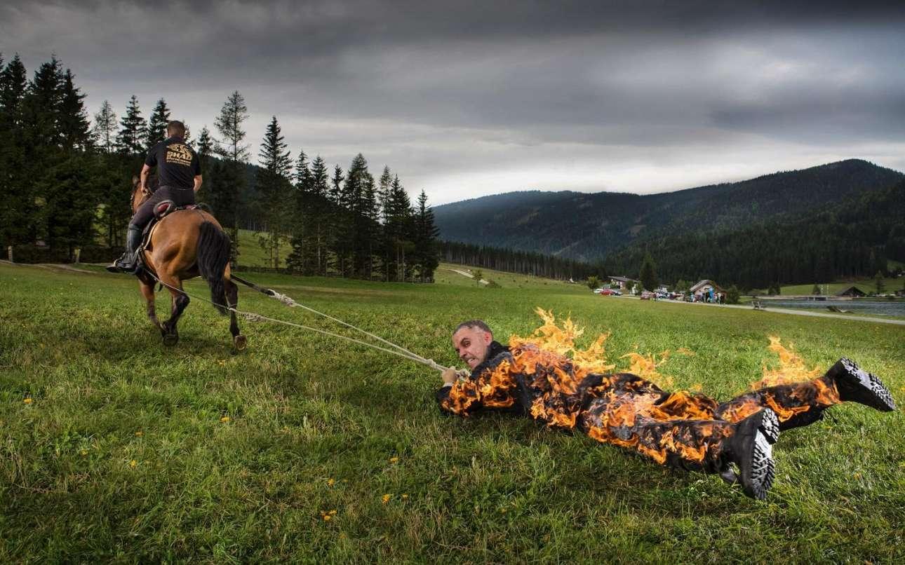 Ο Αυστριακός Γιόζεφ Τόντλινγκ δέθηκε με σκηνή από ένα άλογο και έβαλε φωτιά στον εαυτό του. Ετσι κατέκτησε και το ρεκόρ της μεγαλύτερης απόστασης που διάνυσε κάποιος ενώ έχει πάρει φωτιά. Η απόσταση αυτή είναι τα 500 μέτρα