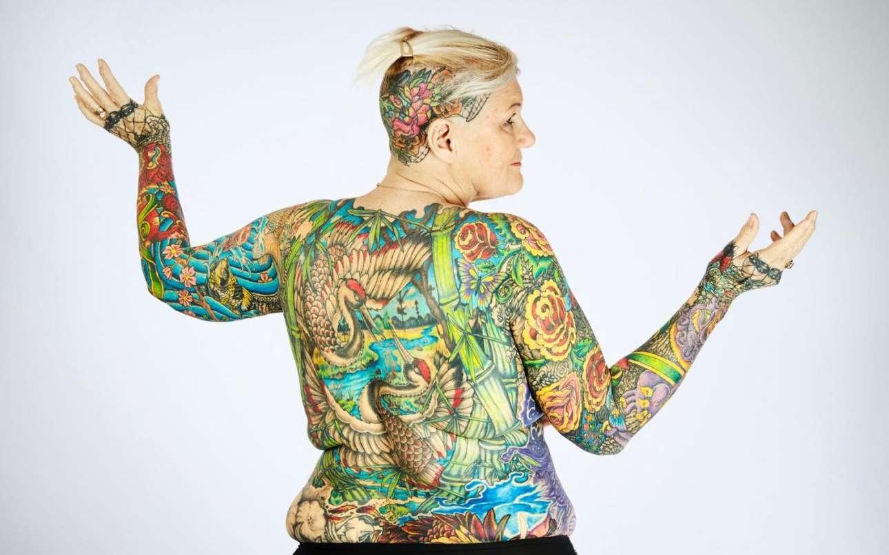 Η γυναίκα με τα περισσότερα τατουάζ ονομάζεται Σαρλότ Γκούντενμπεργκ και ζει στις ΗΠΑ. Τα στοιχεία λένε ότι η γυναίκα έχει καλύψει το 91,5 % του σώματός της με χρώματα και σχέδια