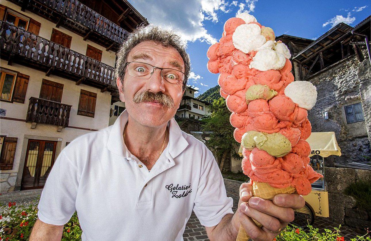 Οι περισσότερες μπάλες παγωτού που τοποθετήθηκαν σε ένα μόνο  χωνάκι είναι 121. Ο Ιταλός Ντιμίτρι Πανσιέρα τοποθέτησε με τέτοιο τρόπο τις μπάλες παγωτού που κατάφερε να ξεπεράσει το προηγούμενο ρεκόρ