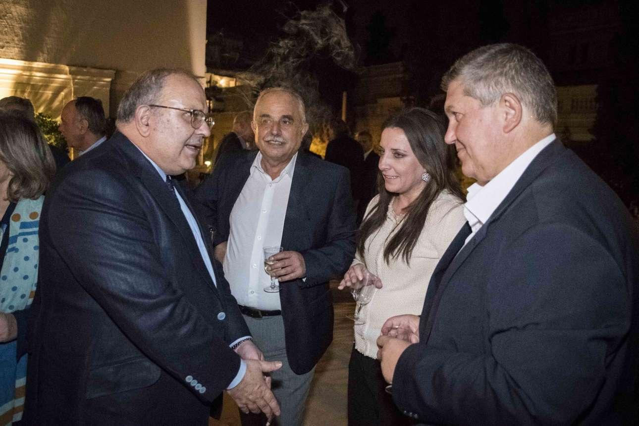 Ο αν. υπουργός Εξωτερικών Νίκος Ξυδάκης (αριστερά) εξηγεί κάτι στους καλεσμένους του Πρωθυπουργού. Ο Αναστάσιος Πρατσόλης από την Εύβοια και ο Γιάννης Καραγιάννης από τα Ιωάννινα παρακολουθούν προσεκτικά, η Παναγιώτα Βραντζά από την Καρδίτσα όχι τόσο