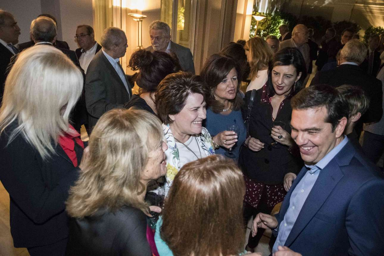 O Αλέξης Τσίπρας με τα κορίτσια της συμπολίτευσης. Από δεξιά διακρίνονται η Φωτεινή Βάκη, η Χαρά Καφαντάρη και η Χρυσούλα Κατσαβριά - Σιωροπούλου