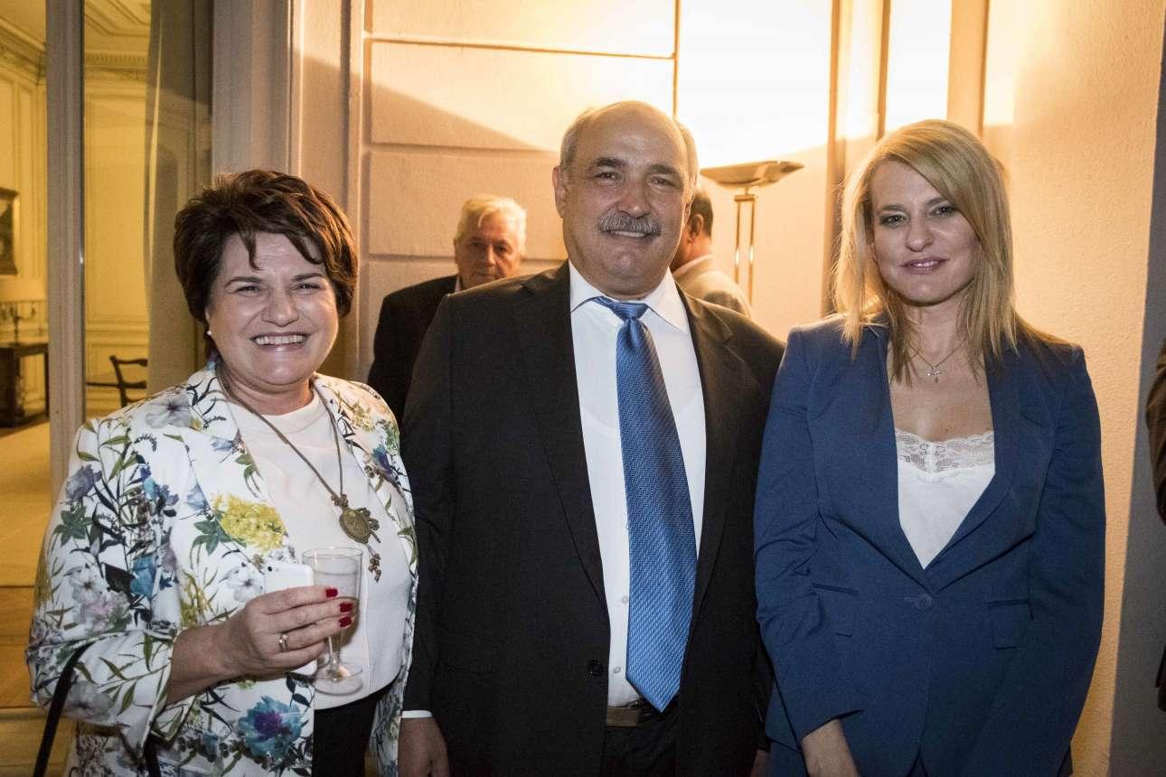 Ο αν. υπουργός Αγροτικής Ανάπτυξης Μάρκος Μπόλαρης ποζάρει μολονότι έχει σπάσει τον ενδυματολογικό κώδικα: φοράει γραβάτα. Δεξιά η υφυπουργός Θεοδώρα Τζάκρη. Αριστερά η Χρυσούλα Κατσαβριά - Σιωροπούλου από την Καρδίτσα