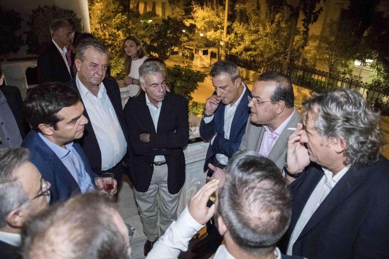 Ο Αλέξης Τσίπρας ακούει τον Αλέξανδρο Τριανταφυλλίδη να αγορεύει. Δίπλα στον βουλευτή Θεσσαλονίκης ο Δημήτρης Βέττας τρώει τα νύχια του και κοιτάει με βλέμμα μοχθηρό
