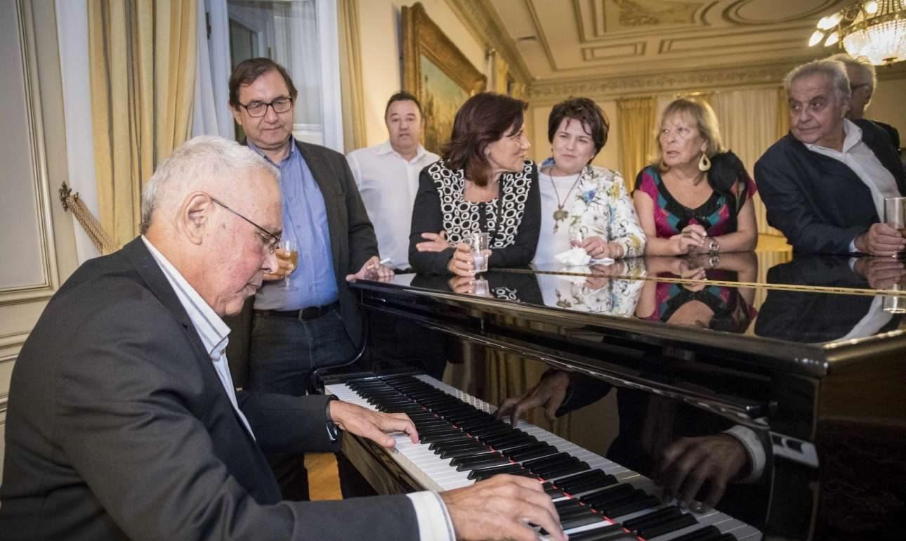 Ο Κώστας Ζουράρις στο πιάνο. Δεξιά ο υπουργός Επικρατείας Αλέκος Φλαμπουράρης. Αριστερά ο Χρήστος Μαντάς από τα Ιωάννινα. Στο μέσον θαυμάστριες του πιανίστα