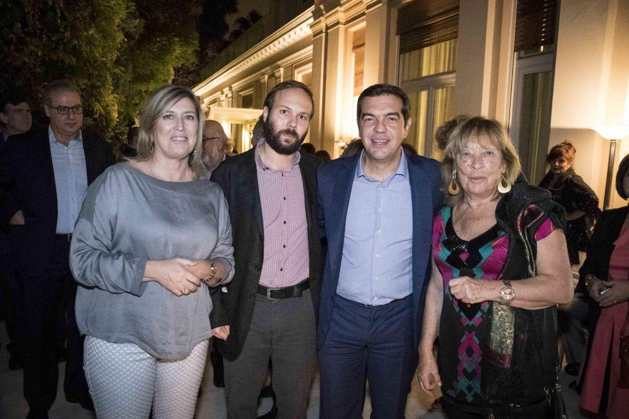 Μια αναμνηστική φωτογραφία του Αλέξη Τσίπρα με τους καλεσμένους του.