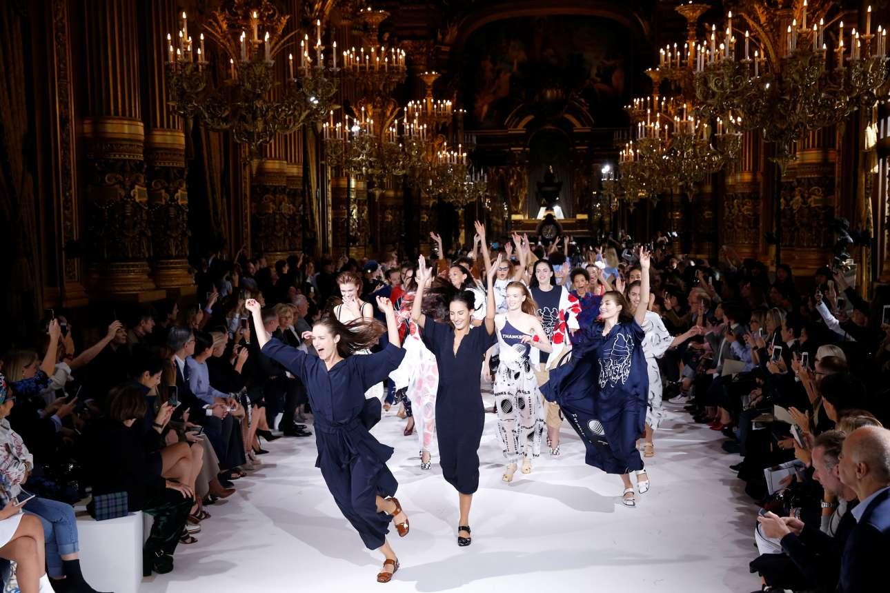 4 Οκτ. Ετσι τσαλακώνεται η εικόνα του μοντέλου που διασχίζει την πασαρέλα με προσεκτικά, μελετημένα βήματα. Οι ψηλές θεές που παρουσιάζουν την ανοιξιάτικη/ καλοκαιρινή συλλογή της βρετανίδας σχεδιάστριας Στέλλα Μακάρτνεϊ, στην Εβδομάδα Μόδας στο Παρίσι τρέχουν, τινάζουν τα χέρια στον  αέρα και ζητωκραυγάζουν μαζί με το κοινό